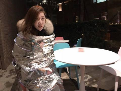本土劇女神曾莞婷最近都忙著拍攝《金家好媳婦》,不過最近低溫特報不斷,在戶外趕拍夜戲,又溼又冷的情況下,她用像是錫箔紙材質的毯子保暖,笑稱自己像個蠶寶寶。曾莞婷30日在臉書分享一張照片,只見在晚上又下...