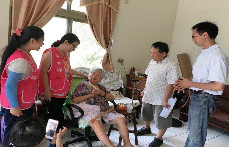 中國科大服務團隊一一訪談老人。 校方/提供