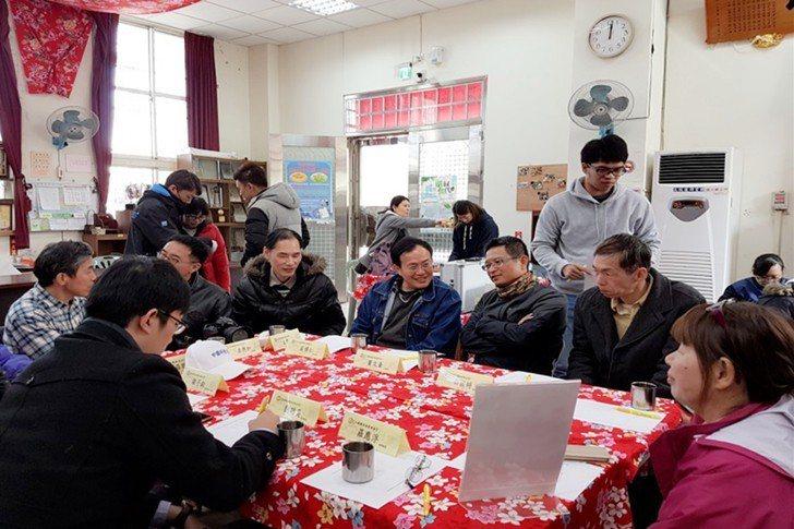 在村里召開專家平台技術諮詢會議。 校方/提供