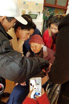 中國科大服務團隊到府教導老人配戴智慧手錶。 校方/提供
