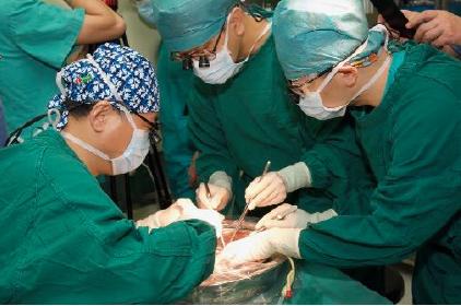 董家鴻院士與團隊進行體外肝包蟲清除⼿手術,希望爭取最好的術後生活品質。