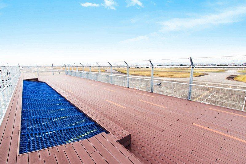 頂樓的展望台能一覽寬闊的機場,也是少數能同時眺望客機、軍機、警用機的停機坪。