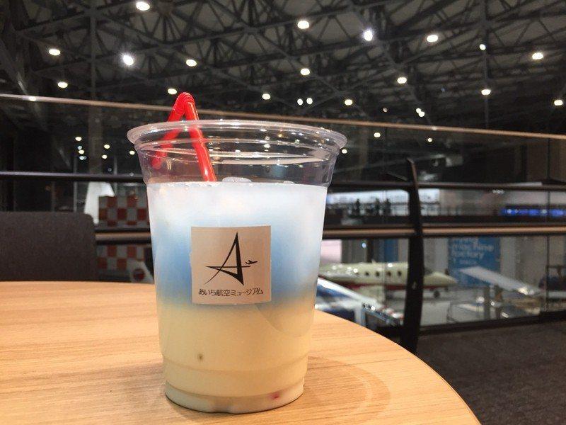 咖啡廳販售的特製飲品,搭配航廈空間設計,好喝也好拍。