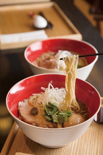 味玉醬油拉麵320元(前)/嚴選全雞與海瓜子、魚乾,長時間熬製高湯湯底,再加入獨...
