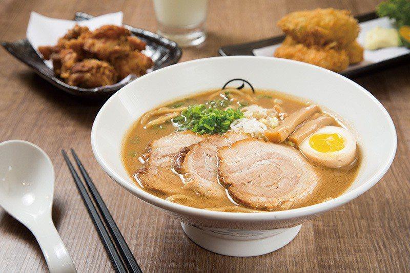 濃厚魚介拉麵 特製280元/魚介湯頭融合豚骨熬製而成,溫潤滑順的滋味一吃上癮。