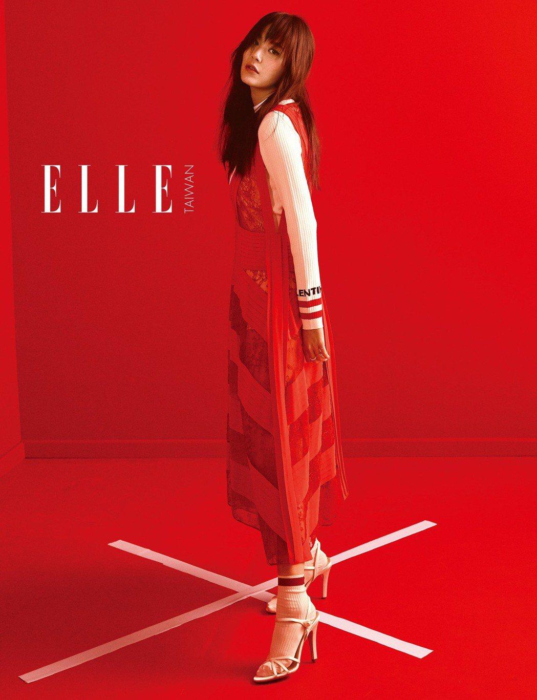 鮮紅滾邊針織上衣、拼接蕾絲洋裝、滾邊短襪(ALL BY VALENTINO); ...