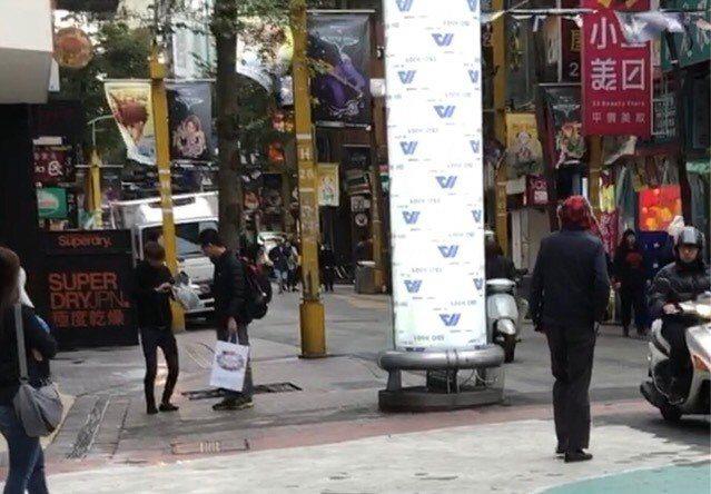 朱姓少年涉嫌在西門町對民眾強迫推銷商品。記者蕭雅娟/翻攝