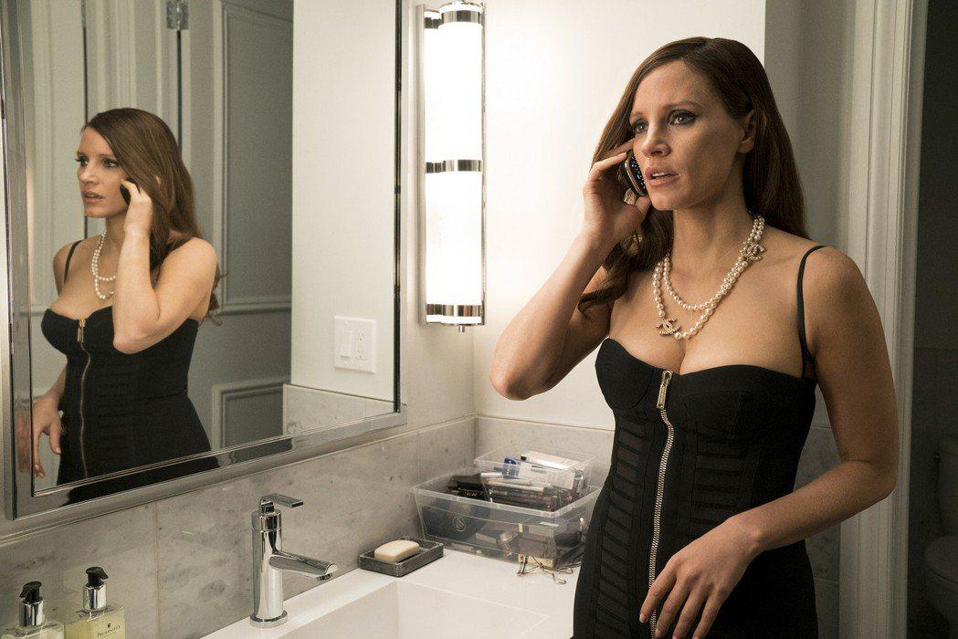 影后潔西卡雀斯坦在「決勝女王」中換穿90套華服,套套名牌「胸」器外露。圖/采昌提...
