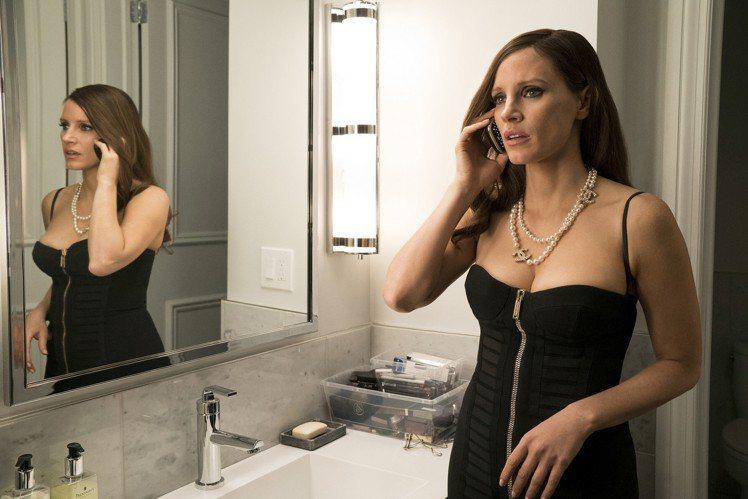 影后潔西卡崔絲坦在「決勝女王」中換穿90套華服,套套名牌「胸」器外露。圖/采昌提...