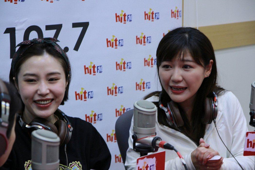 余筱萍和吳沛憶開心聊天。圖/Hit FM提供