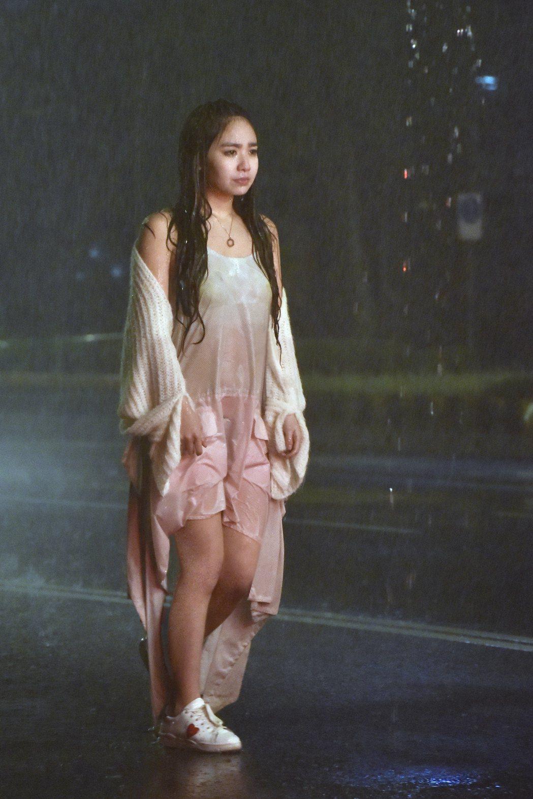 陳芳語和張軒睿在MV中共譜戀曲。圖/Sharp Music提供