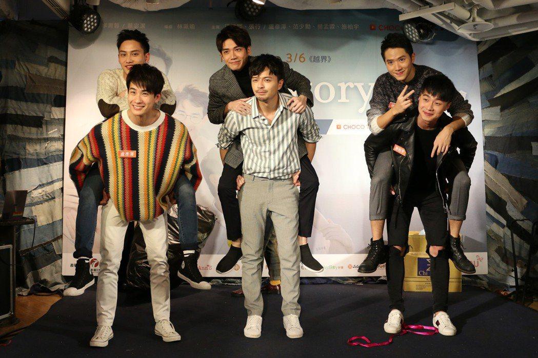 盧彥澤(下排左起)、江常輝、施柏宇、范少勳(上排左起)、張行、楊孟霖在首映會現場...