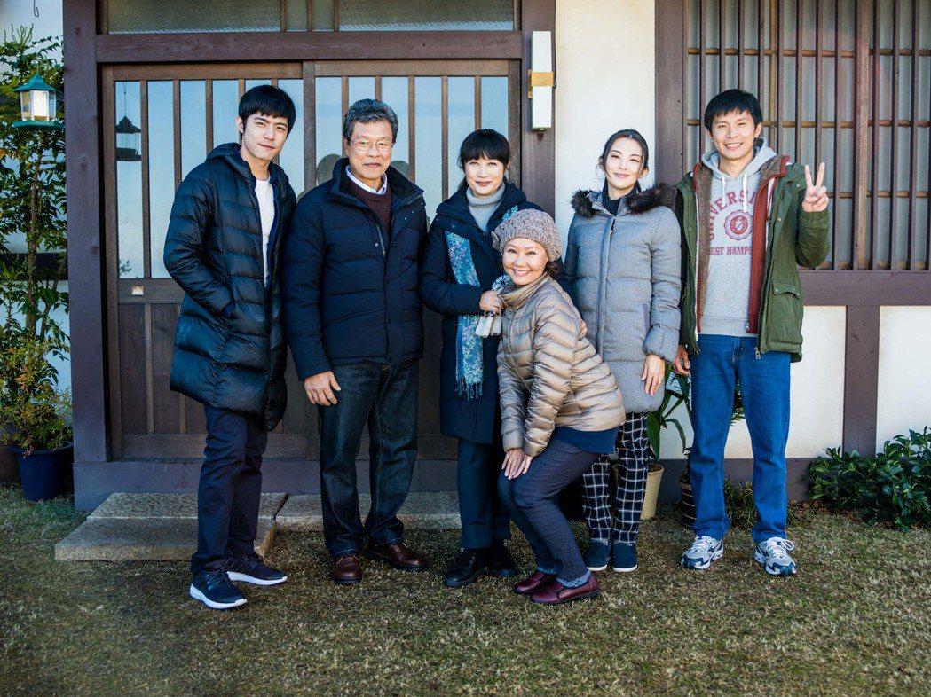 王柏傑(左一)退伍後首部電影作品「盛情款待」,全片在日本拍攝,與田中麗奈(右二)...