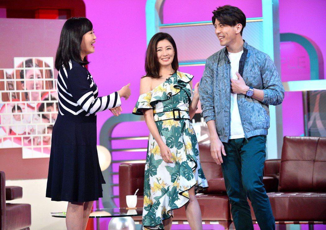 賈靜雯(中)和修杰楷(右)上方念華主持的「TVBS看板人物」。圖/TVBS提供
