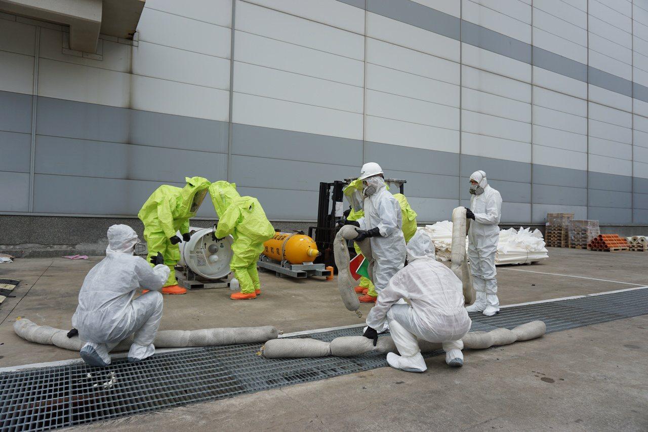 台南市政府環保局今在南科群創光電辦理毒性化學物質災害應變演練,過程逼真。圖/環保...