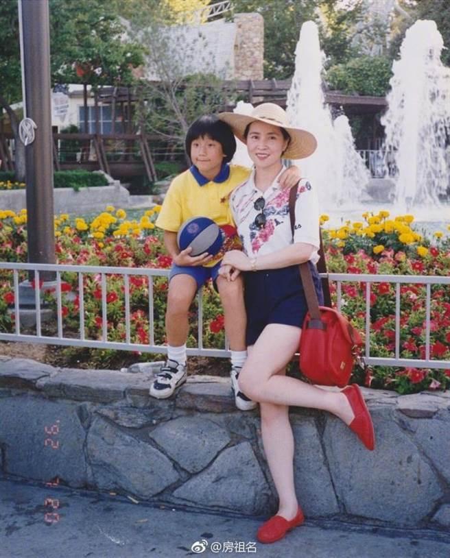 房祖名秀出小時候與媽媽林鳳嬌的合照。圖/摘自微博