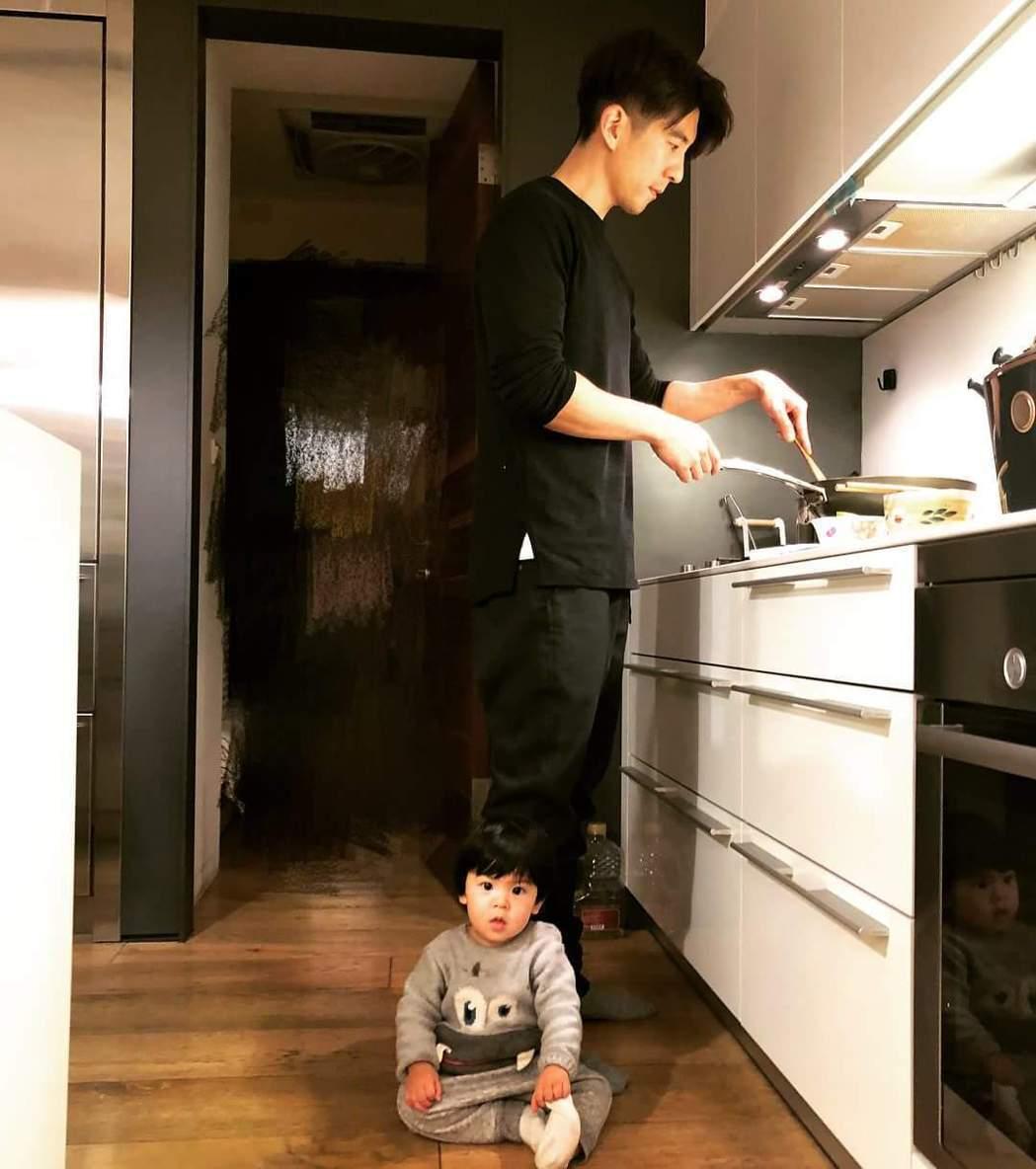 修杰楷煮晚餐被2個女兒包圍。圖/摘自臉書