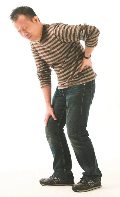 醫師表示,多數民眾不認識僵直性脊椎炎,若未及早發現治療,脊椎恐因沾黏而致嚴重駝背...