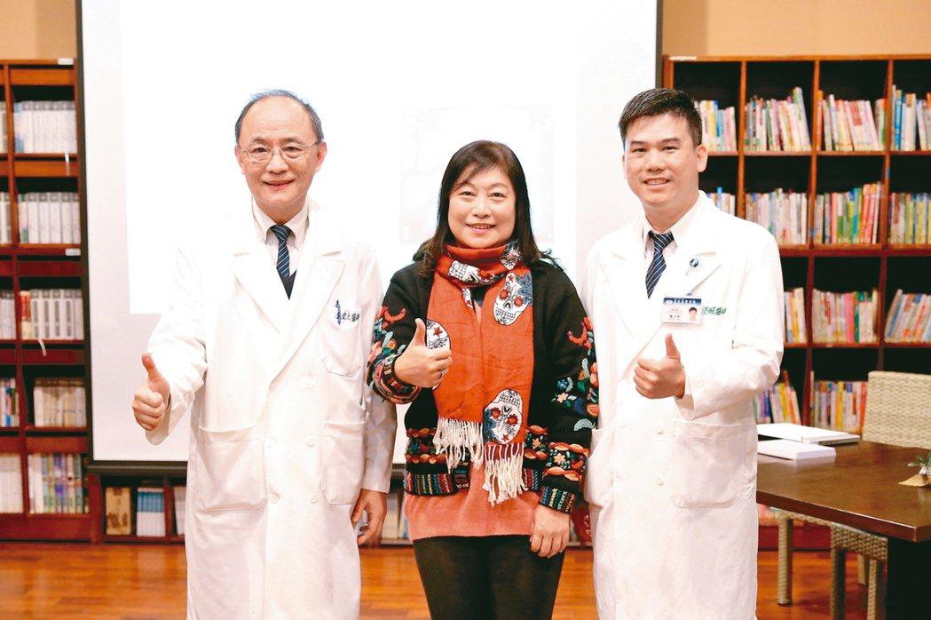 來自宜蘭的張姓婦人昨分享手術心得,也感謝龐渂醛醫師(右)的治療,左為花蓮慈院婦產...