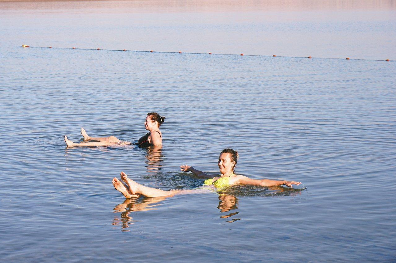 只要全身放鬆,就能夠輕鬆地在死海上漂浮。 記者陳睿中/攝影