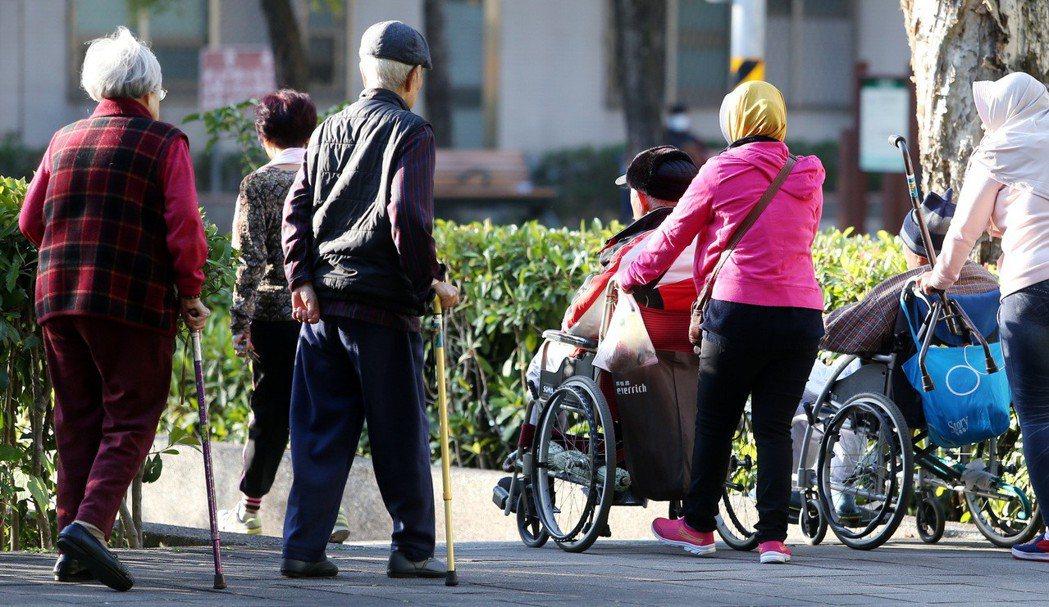 台灣失智症協會推估,全台失智人口逾25萬人,其中65歲以下的早發型或年輕型失智者...