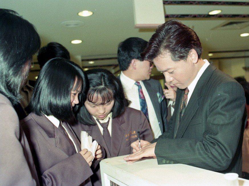 葉啟田以立委身分上電視,不少學生上前跟他要簽名,他全都來者不拒,一一親切替大家簽...