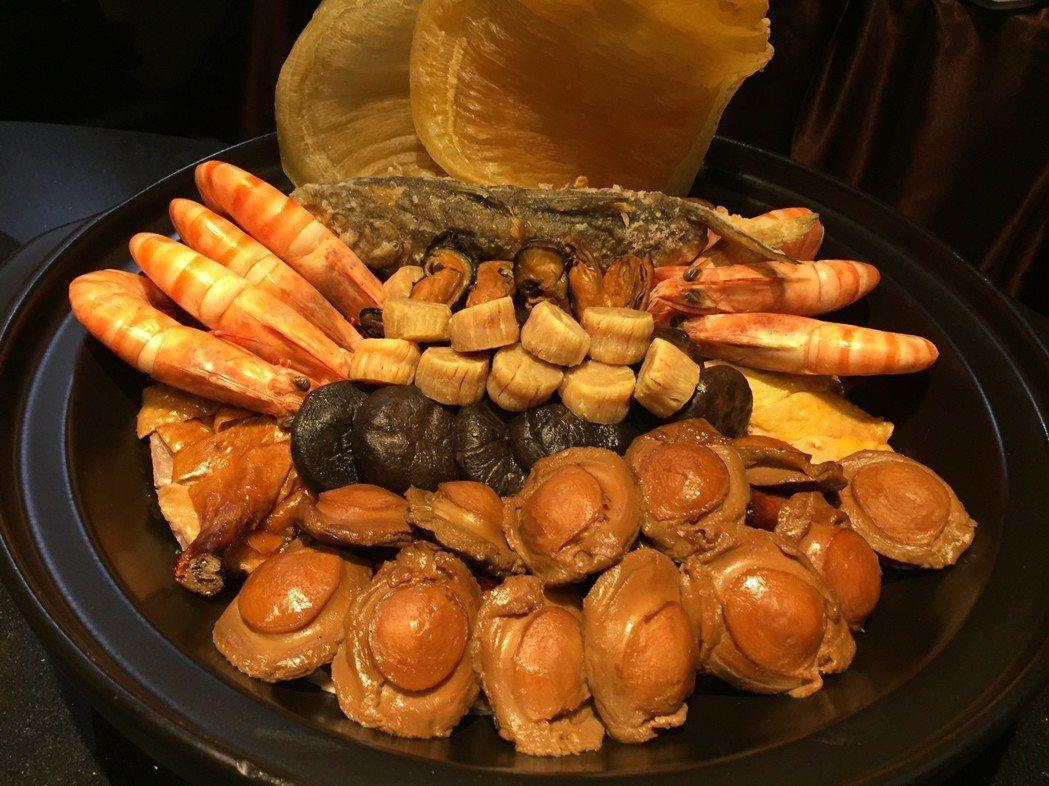 高級粵菜餐廳端出要價2萬元的富貴盆菜,內含瑤柱、海參、大蝦、鮑魚、花膠等20種頂...