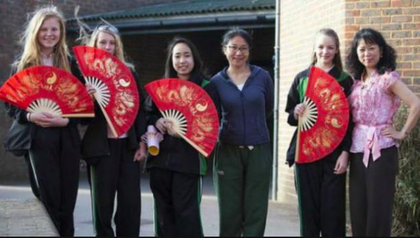 中國老師帶領學生跳扇子舞。 圖/摘自BBC