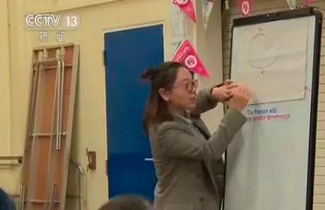 中國老師示範數學教學。 圖/摘自央視