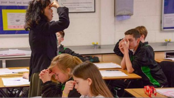 英國學生跟著中國老師做眼睛保健操。 圖/摘自BBC