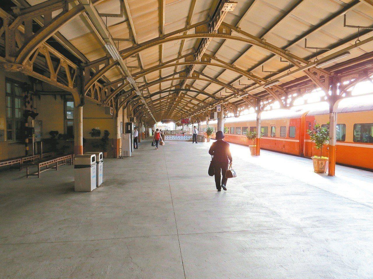 搭上火車,從民雄前往嘉義市,通往青春的晃遊地。