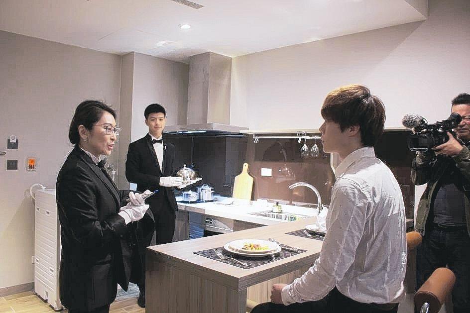 培訓學員示範,雇主回到飯店,管家貼心問候的服務表現。 吳佳汾/攝影