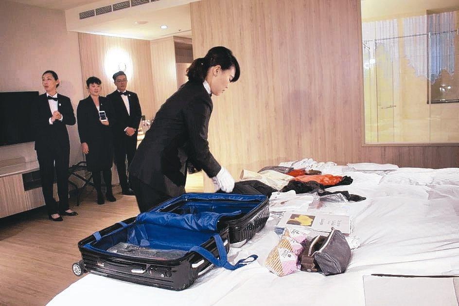 結訓學員示範,10分鐘內將雇主的一周的行李,妥善收納在20吋行李箱。 吳佳汾/攝...