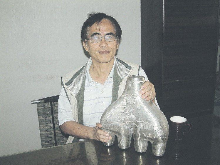 精工鑄造總經理梁正華展示實績產品—中油Inconel特殊合金4合1管件。 莊智強...