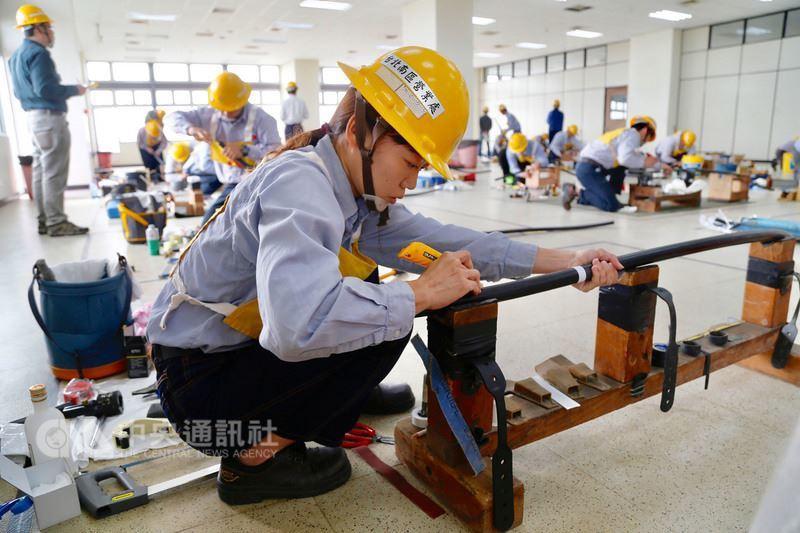 台灣電力公司31日在高雄訓練中心舉辦第50屆技能競賽,其中參加配電地下電纜個人組...