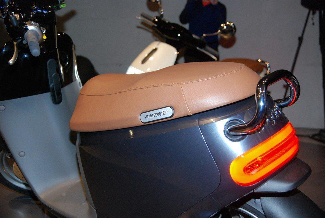 Gogoro 2 Deluxe 透過電鍍後扶手、復古咖啡色坐墊及 Smartsc...