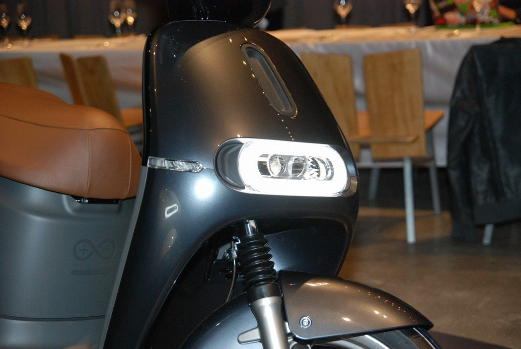 Gogoro 2 Deluxe 也針對照明進行升級,遠燈照射距離與寬度提升50%...