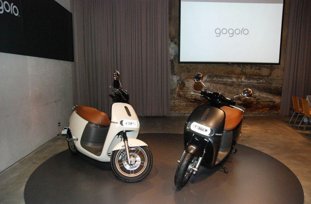 Gogoro 2 Deluxe 提供金屬灰、珍珠白兩車色,並採用多層次質感塗裝。...