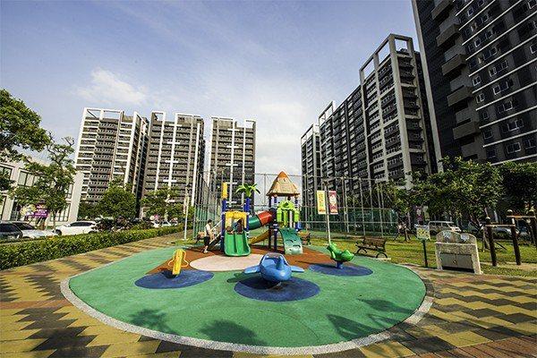 超級城市造鎮規劃社區公園、籃球場,提供住戶良好休閒空間。 圖/SUPER讚 提供