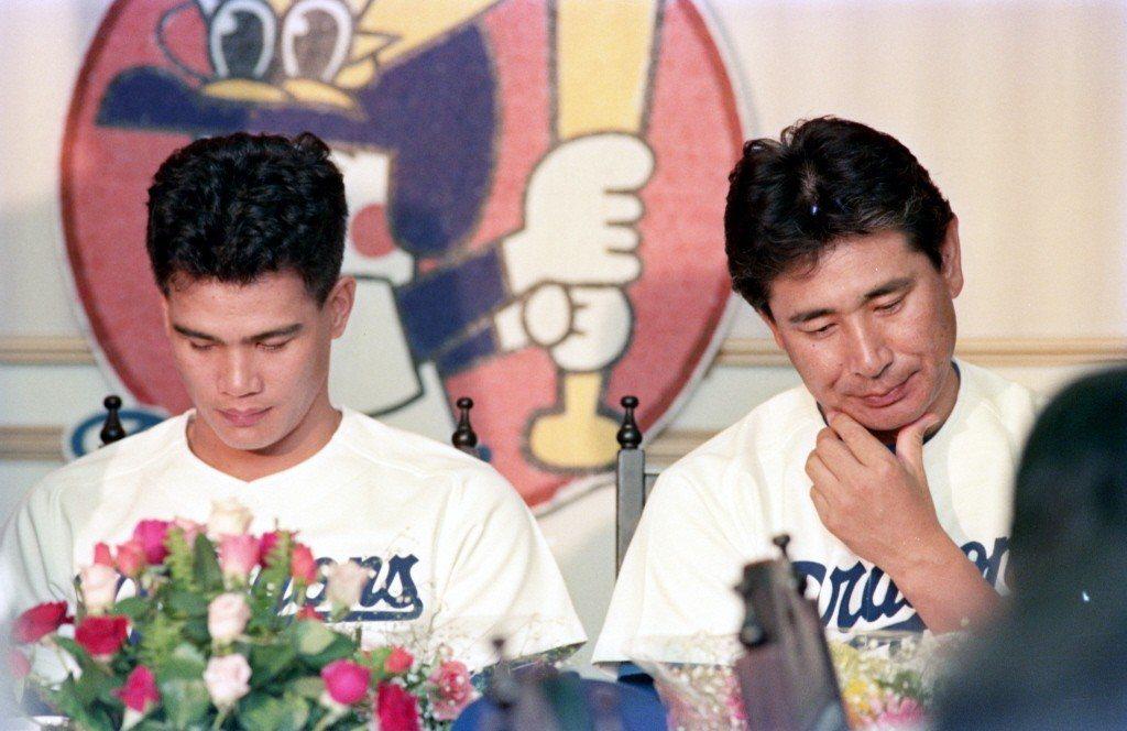 1988年,旅日球員郭源治(左)參加中日職棒隊來台記者會。右為中日隊監督星野仙一...