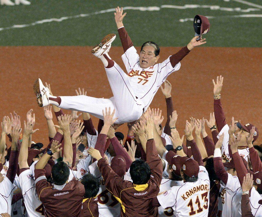 2013年,星野仙一率領樂天隊獲日本職棒總冠軍,賽後接受球員歡呼。 圖/路透社