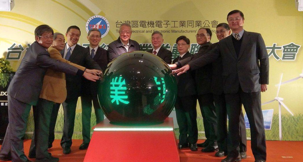 電電公會成立「台灣儲能系統產業推動聯盟」,經濟部長沈榮津(中右)、電電公會理事長...