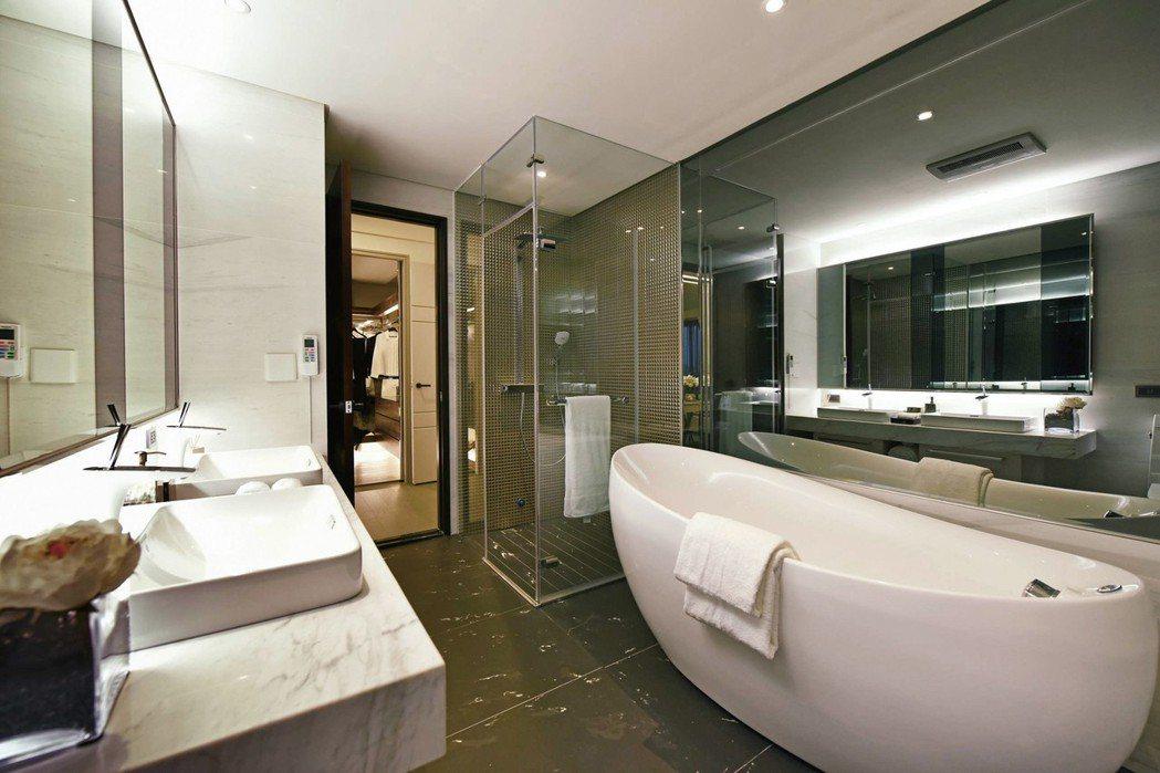 主臥衛浴乾溼分離,配有雙面盆、蛋形浴缸。 圖片提供/京城建設