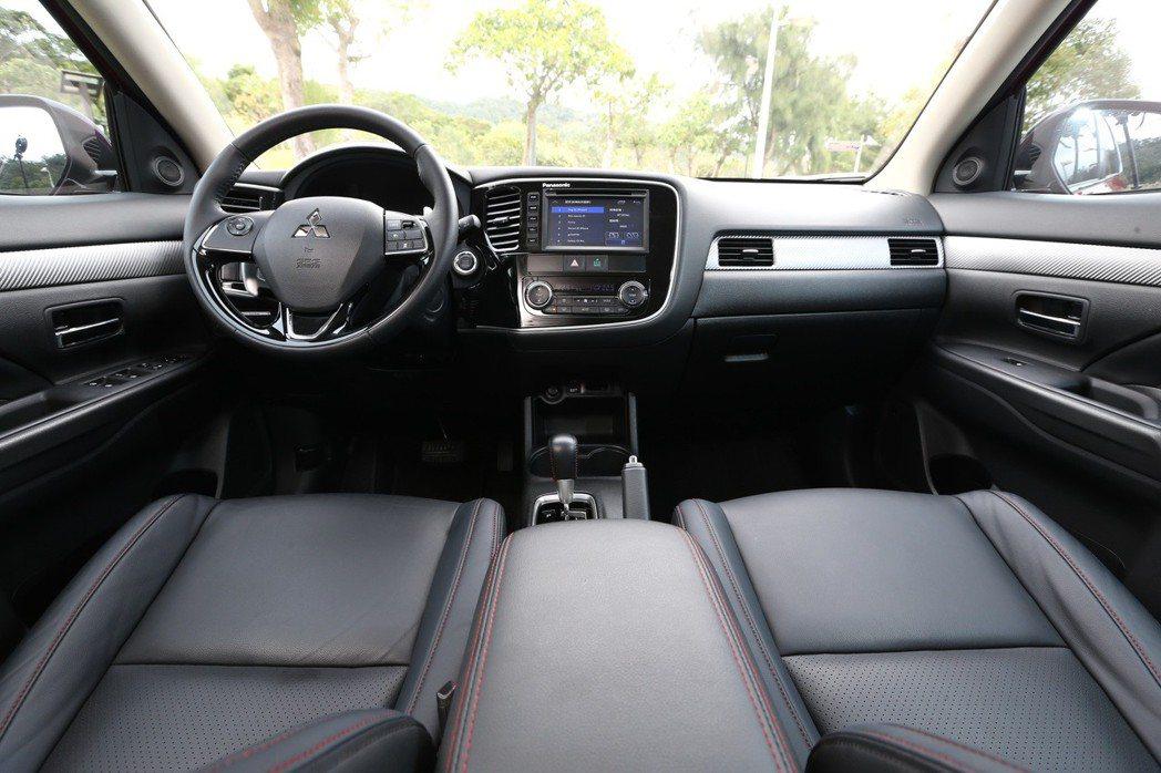 舒適又寬敞的車室空間,讓OUTLANDER在英國當地獲得專業車媒WHAT CAR...