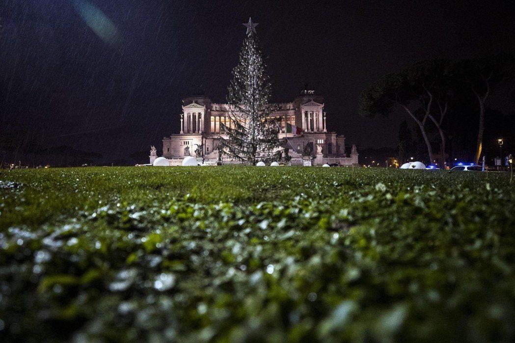 去年聖誕節,羅馬城的聖誕樹被批評為世界上最醜的聖誕樹。 圖/歐新社