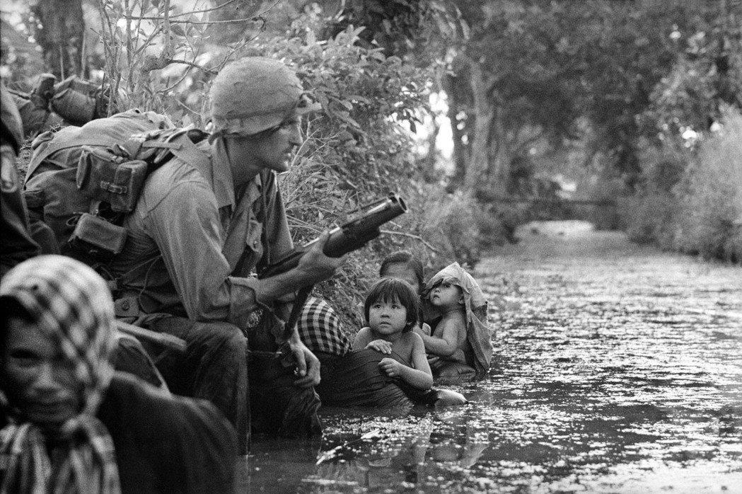 美國當時是「閃亮的巨人」,而越南「對美國的崇拜之情在這個夏天極其高漲,到達顛峰。...