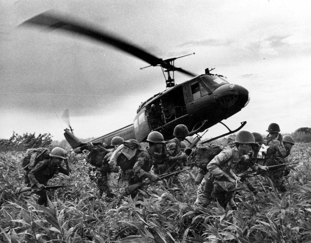 美國砲火直昇機在越南的浩大戰爭場面,成為我們今日提及越戰時的一個既定畫面,但美國...