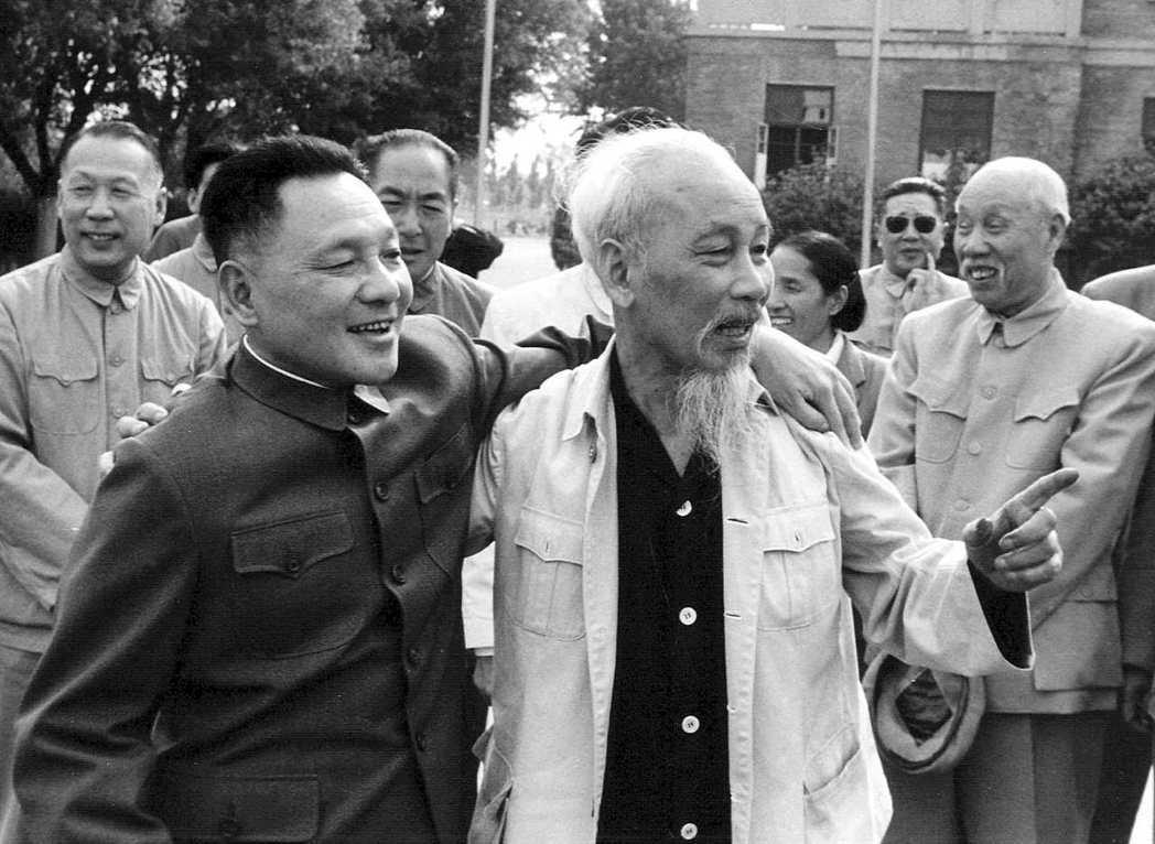 圖為1965年胡志明與鄧小平的合影。 圖/路透社