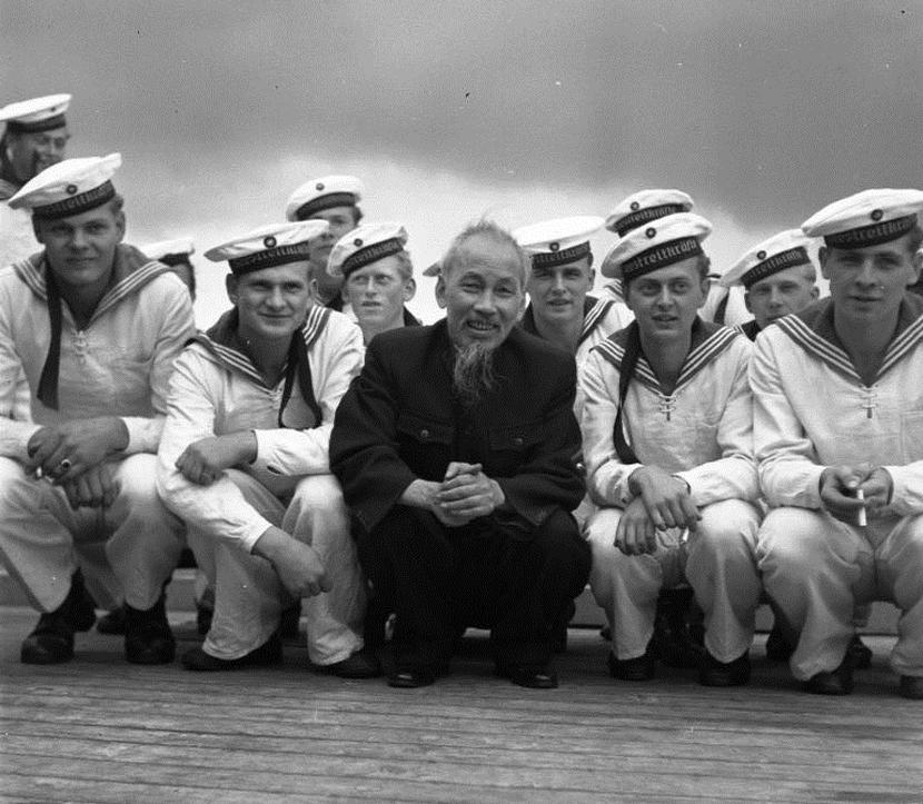 圖為胡志明1957年訪問東德與東德水手的合影。 圖/維基百科
