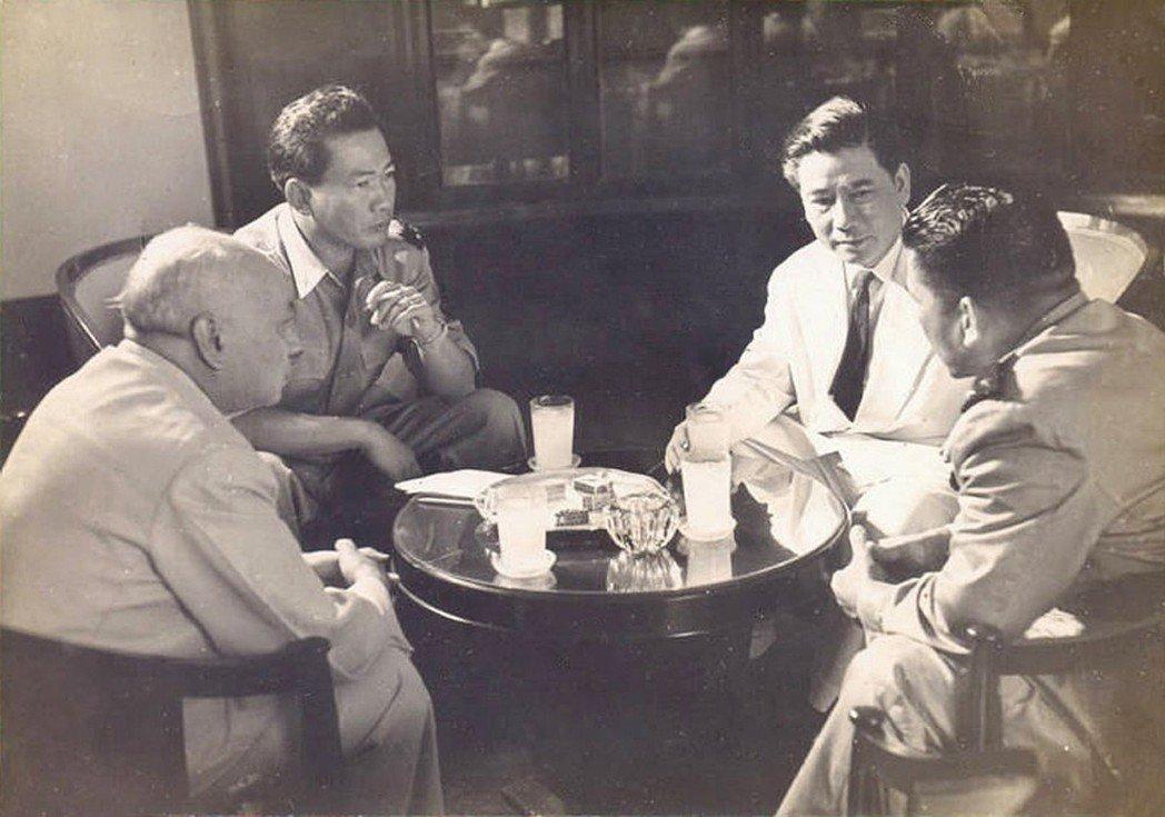 「思及後來的發展,不得不說後來釋放吳廷琰(右二)是個大錯誤。」 圖/Flickr...